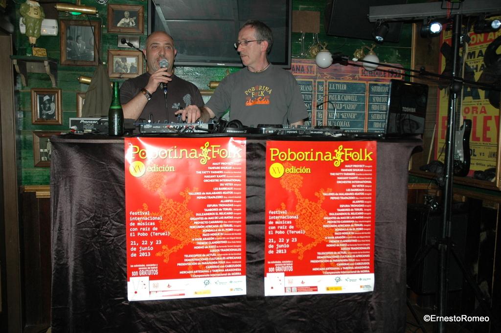 Juan Pablo y DJ Paco Nogue presentando el XV Poborina Folk en el Pub Sotano (Teruel)